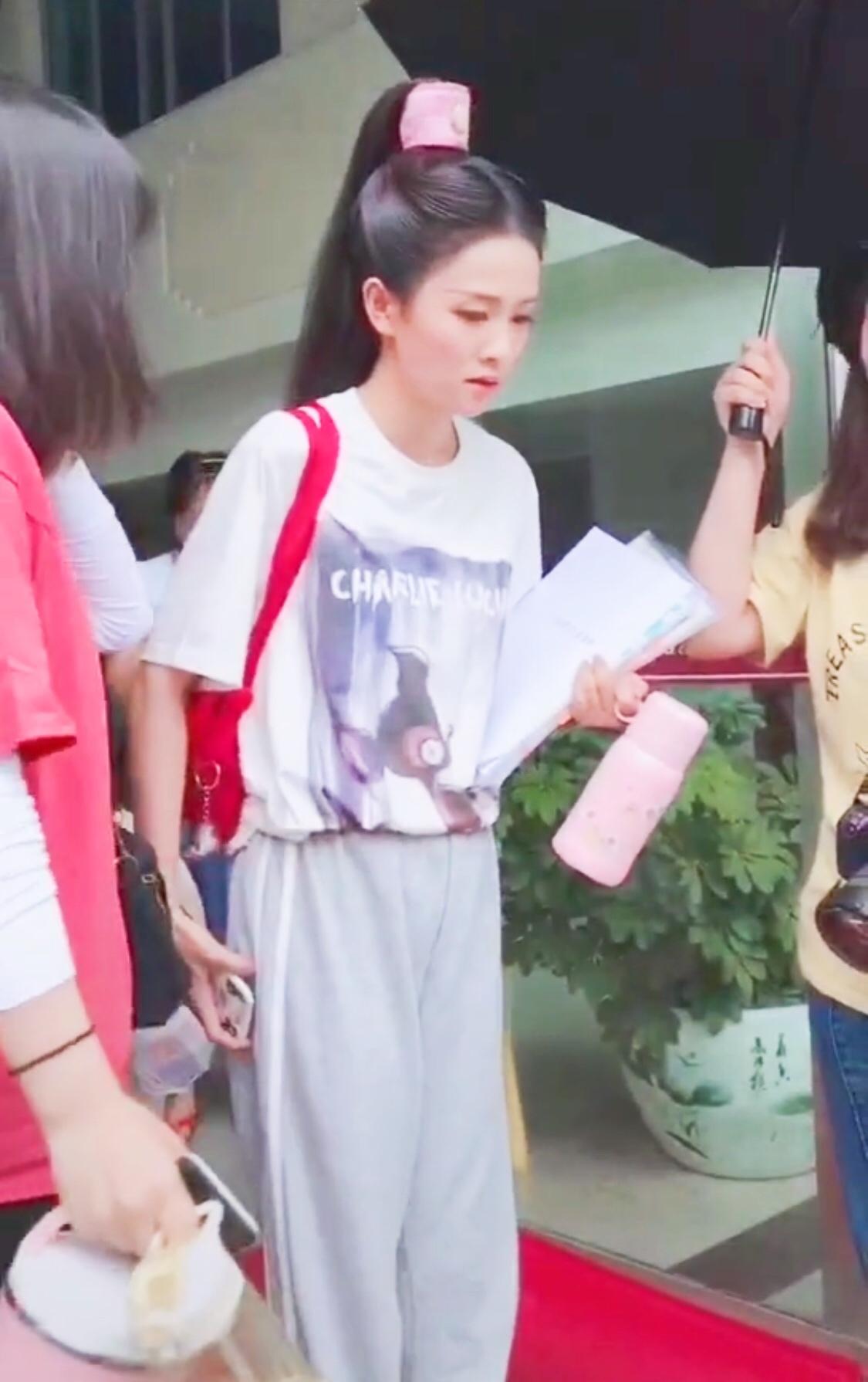 """白鹿无法走出""""招摇"""",穿T恤+运动裤还扎古代高耸马尾,太霸气"""