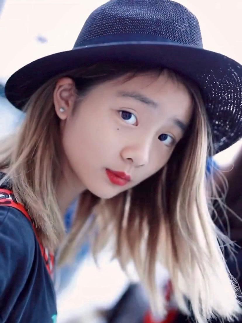 黄磊携女儿黄多多现身机场,金发造型好抢镜,美得看不出年龄!
