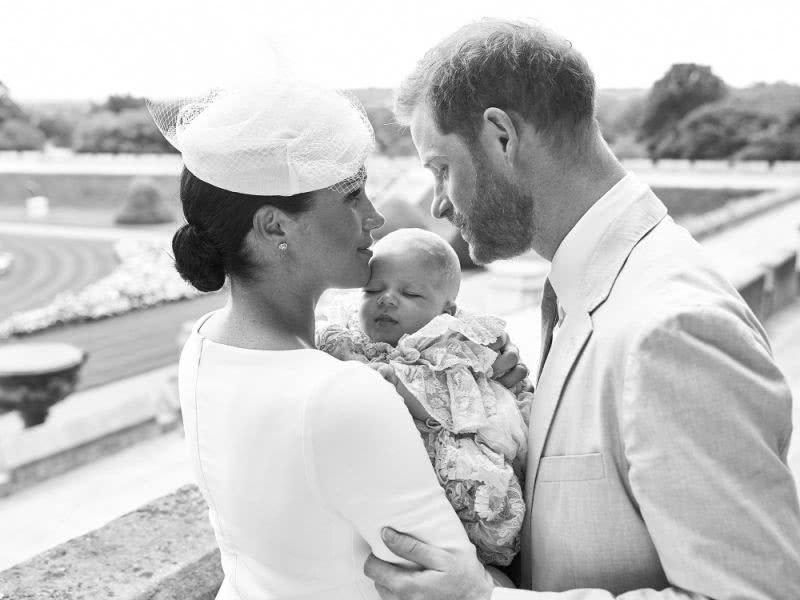 <b>梅根的儿子长了红头发像父亲,凯特王妃的孩子很活泼,互相追逐!</b>