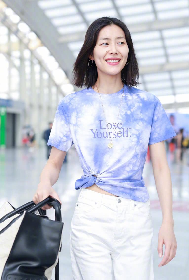 刘雯身穿扎染T恤清新有元气,笑起来法令纹略重,高级脸也要抗老