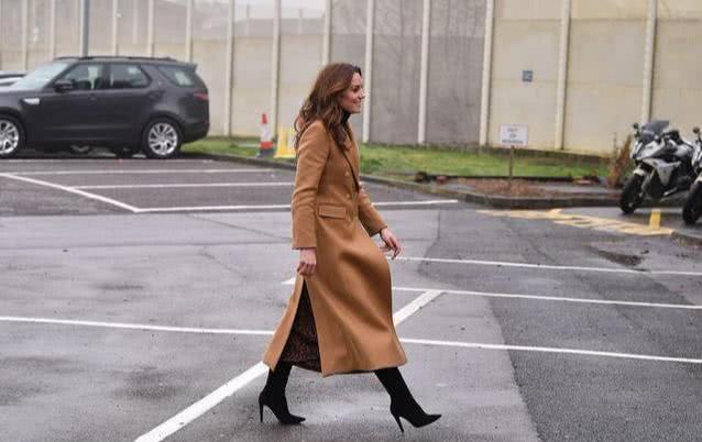 凯特270块豹纹裙又是Zara?靠这条定制项链大秀母爱,比梅根聪明