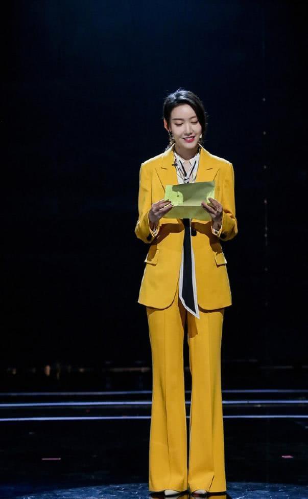 身穿明黄色西装配长丝带,看似不搭的衣饰竟可以穿的这么美