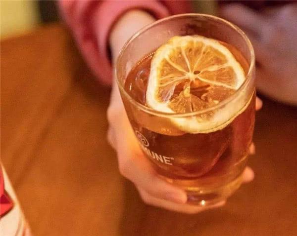 为什么罐装啤酒比瓶装好喝,桶装啤酒又比罐装好喝?原来区别很大