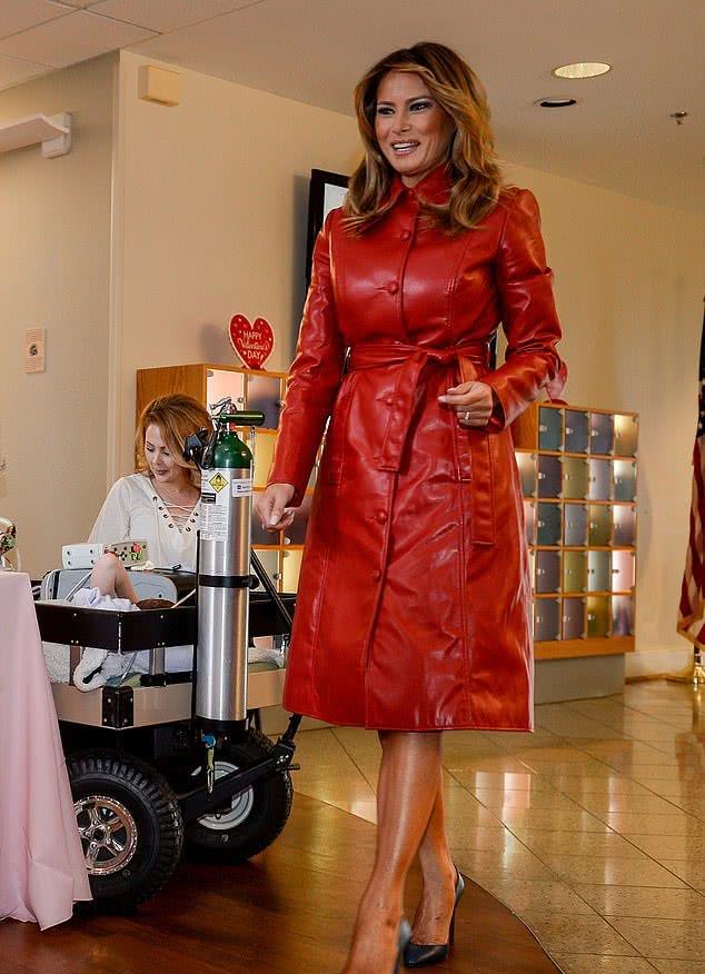 """梅拉尼娅总算不再是""""冰山美人""""!穿中国红皮大衣惊艳,笑成花啦"""