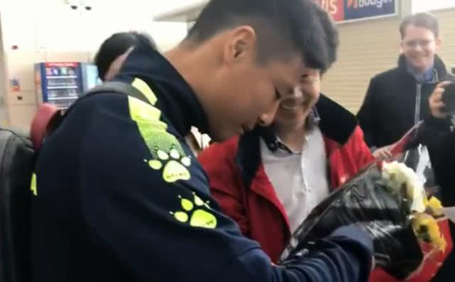 中国足球正能量!武磊拒绝在国旗上签字,登顶微博热搜引网友盛赞