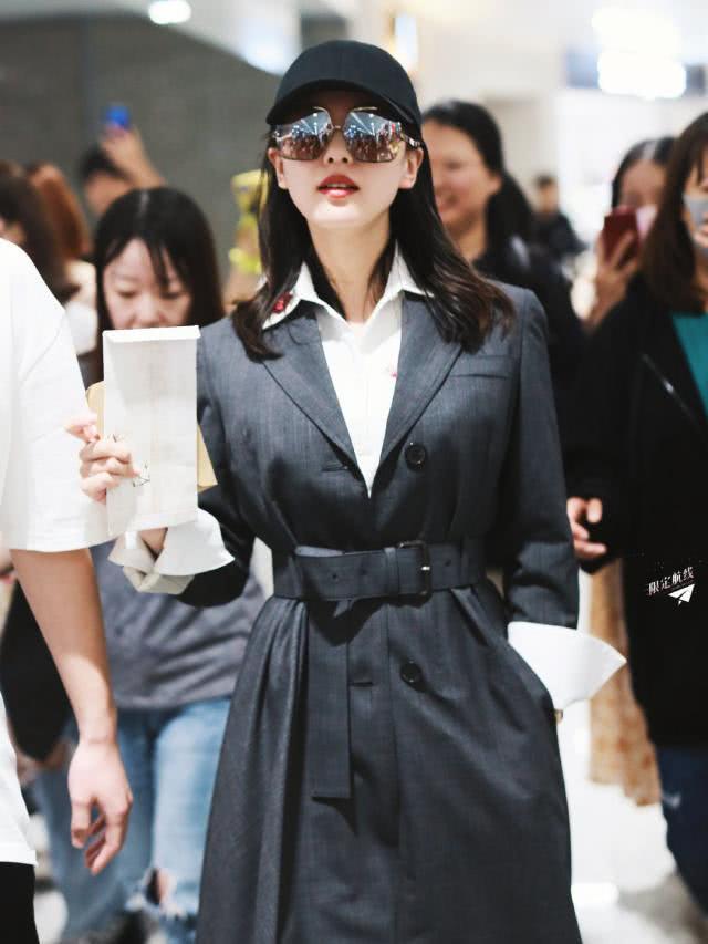 <b>刘诗诗产后亮相大变样,1万8风衣配长裙,1尺8的小蛮腰看服了</b>