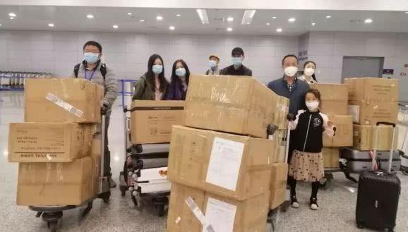行李被洪水冲去大半,退伍军人携全团却带了41箱防疫物资回国了
