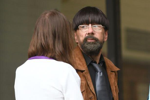 英64岁男子假扮学生,潜入学校侵犯14岁女孩,家中有各种校服