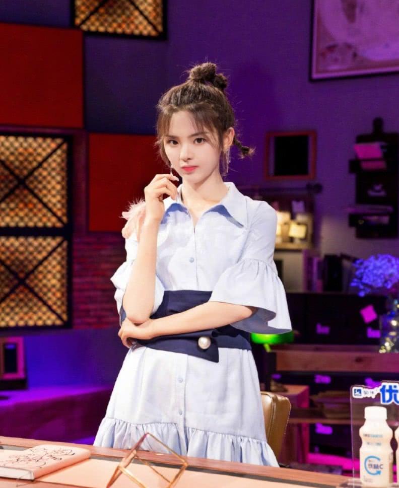 """杨超越为证明自己的身材,穿""""两件裙子""""录制节目,很洋气!"""