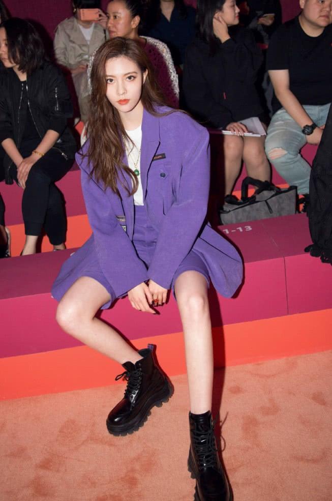宋妍霏腿是有多长?西装中裤+短靴,这样的穿法腿还剩这么长!