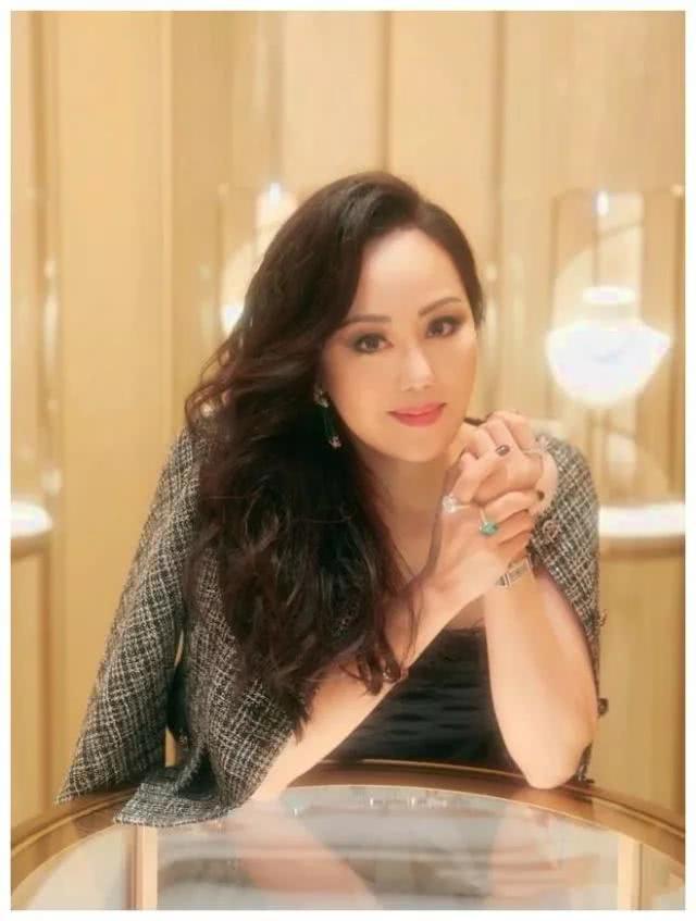香港头号拜金女,破产后众人等着看她笑话,她却成为顶配名媛