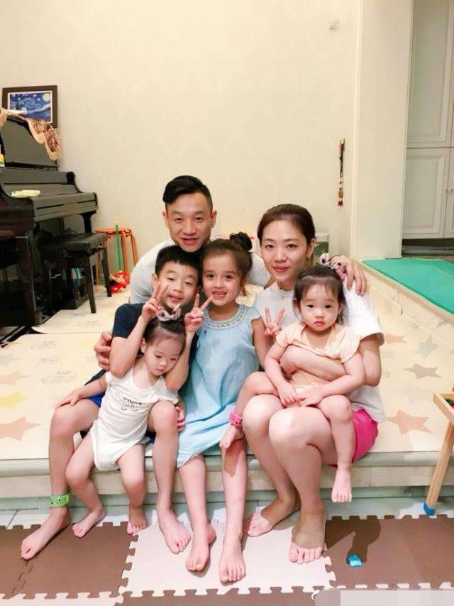 杨威晒双胎女温馨日常,妹妹边跑边牵姐姐的手大喊,姐妹俩超有爱