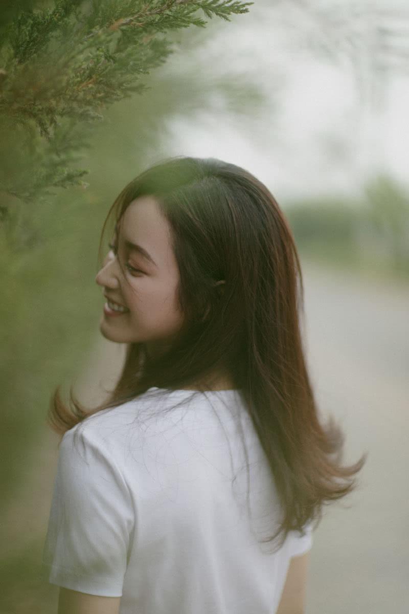 女演员王一菲清新养眼户外写真