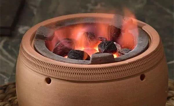 冬夜围炉赏诗词:围坐红泥小火炉,煮酒谈今夕