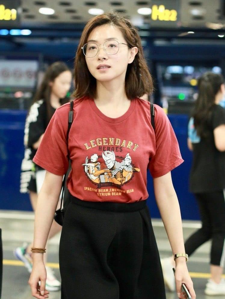 """有一种""""逆生长""""叫万茜机场照,素颜像学生,请问是吃了防腐剂?"""