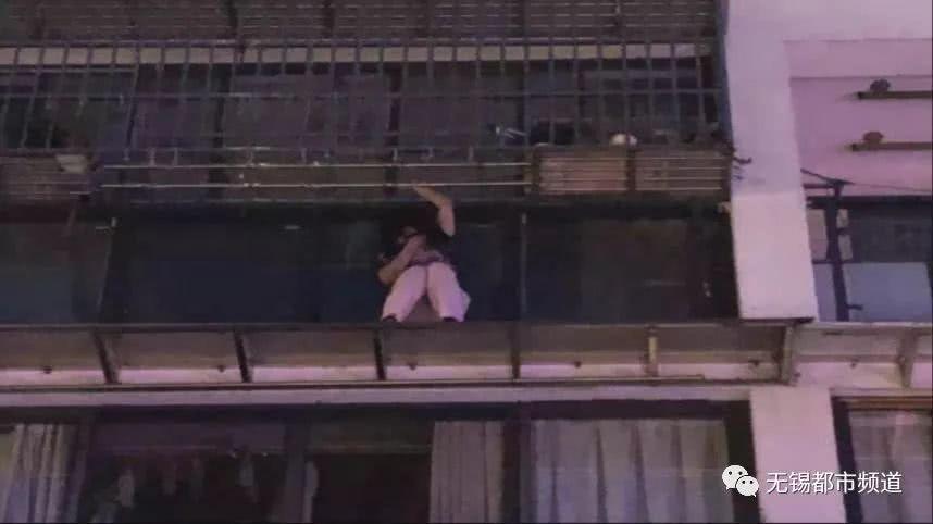 无锡一女子凌晨悬挂四楼窗外,仅靠一双手吊着……