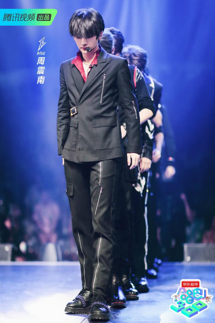 """R1SE男团新造型上线,何洛洛绑""""安全带""""?周震南红衬衫抢镜"""