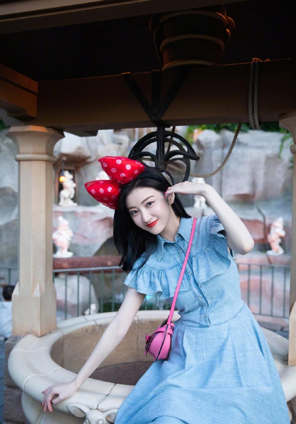 景甜私服太减龄了,蓝色牛仔裙配米老鼠发卡,肤白貌美似16岁