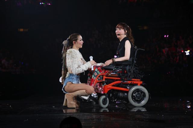 香港女星身残志坚获邀出席郑秀文红馆演唱会,视梅艳芳为永远偶像