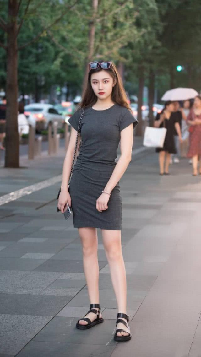 纯色的连衣裙更显时尚气息,演绎一种唯美而又青春的味道