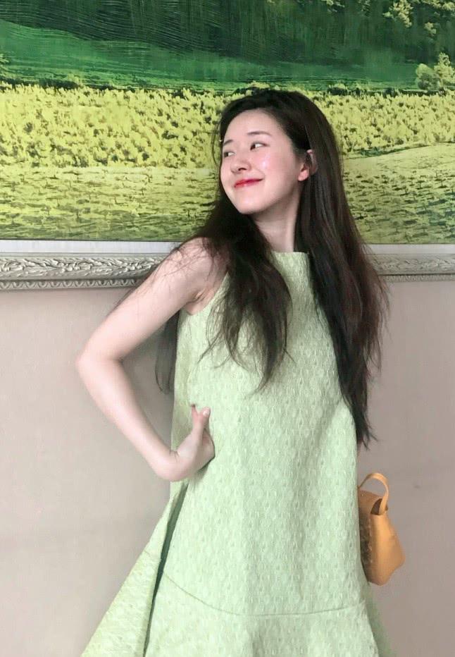 """她被称为""""赵丽颖接班人"""",私服穿天青色裙搭""""蛛网袜"""",很清纯"""