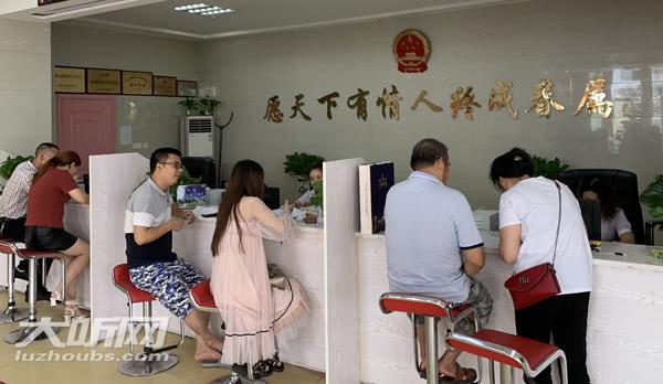 泸州:七夕节新人扎堆结婚登记 部门调整工作时间