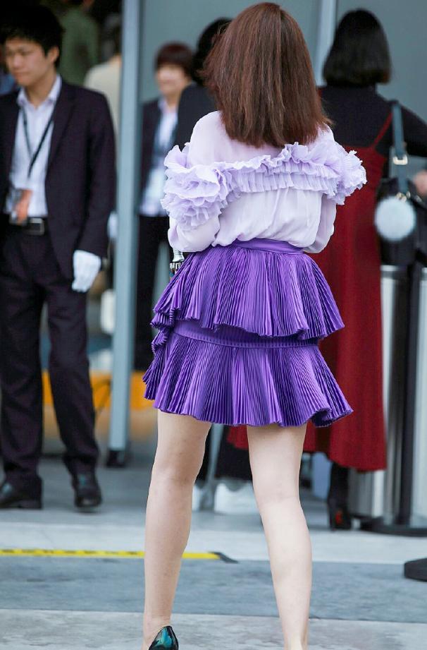 """腿粗不敢穿短裙?这位姐穿的这条""""手风琴裙"""",瘦子穿不好看!"""