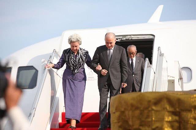 在中国休养一个多月的83岁柬埔寨太后回国!紫裙配花围巾太高贵