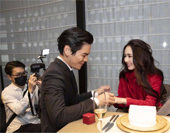 <b>郭碧婷给向佐看自己20岁的照片,有谁注意到向佐说的话:真爱了</b>