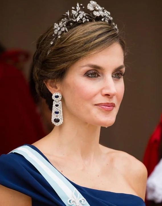凯特穿旧衣,西班牙王后这个月也穿两款旧裙子,一款今年已穿三次