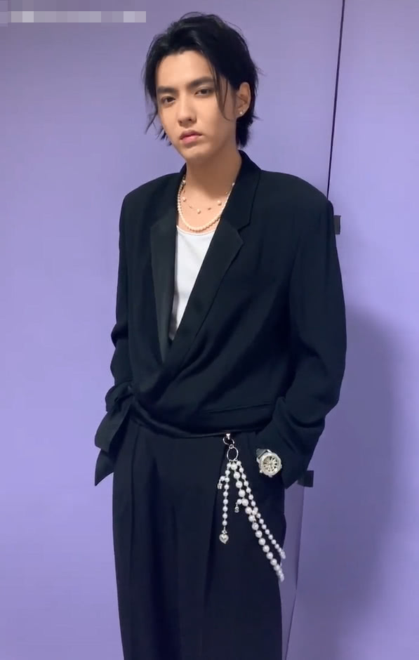 <b>吴亦凡瘦了变任性?裤子上挂着女孩才爱的项链,意外变得很潮!</b>