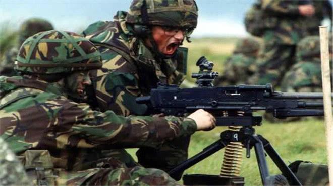 前方士兵冲锋时,后方的机枪为何不会误伤他们?有三点原因