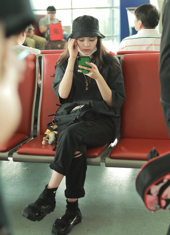 """欧阳娜娜一身全黑装亮相机场,变身""""黑暗系girl""""美爆了!"""