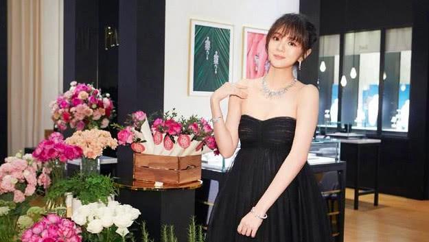 安以轩齐刘海拍写真,项链耀眼,陈荣炼老婆戴3戒指显意外