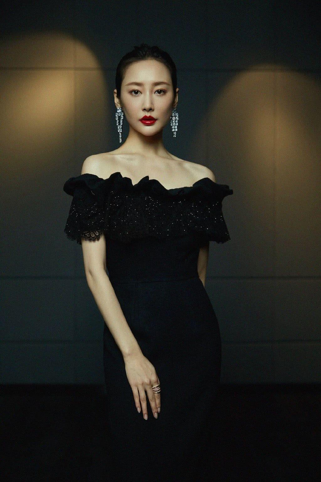 演《如懿传》反派她30岁走红,穿一字肩修身裙,撞衫杨紫都稳赢