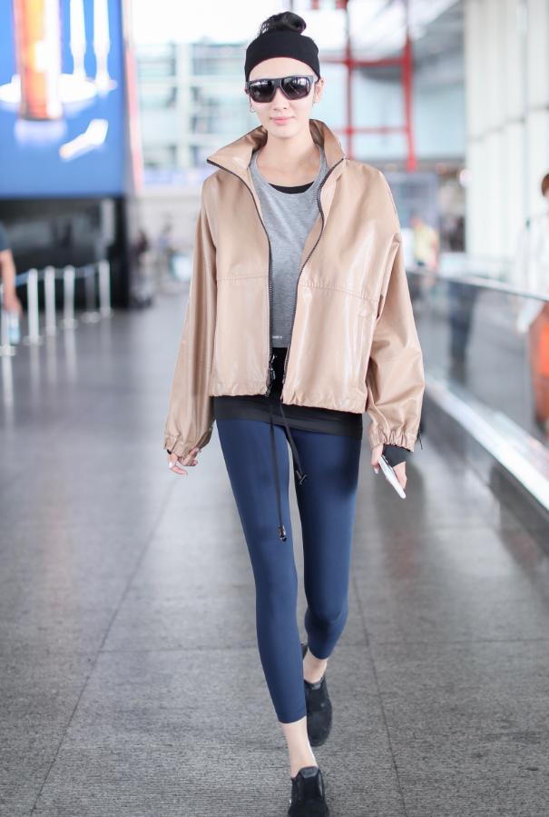 别穿黑色的无痕液体裤,王紫璇不过换了一种颜色,瞬间高级多了!