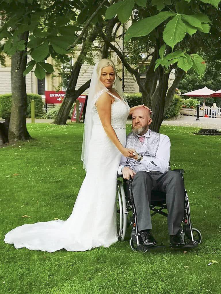 <b>女子明知网恋男友会瘫痪还坚决嫁给他,如今成了丈夫的全职看护</b>