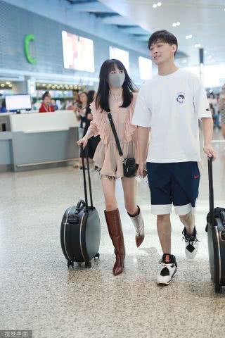 郑爽穿粉色荷叶边上衣配过膝长靴仙气十足,和张恒机场合体秀恩爱