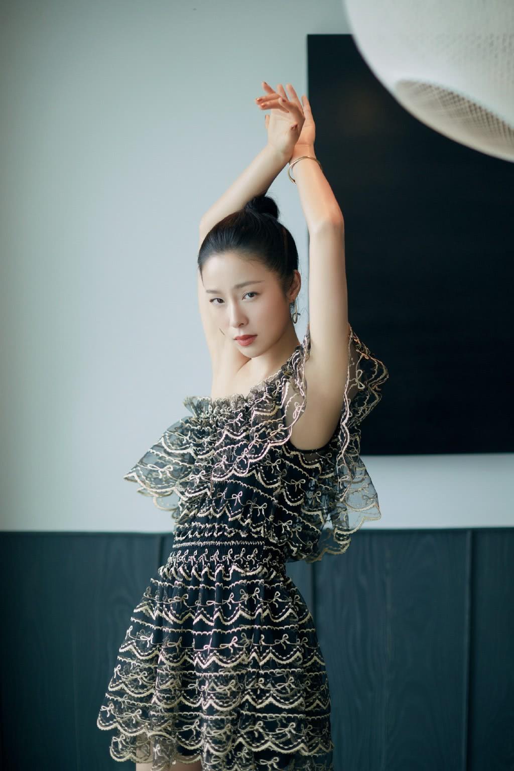 <b>《插翅难逃》她演唱片尾曲,今36岁穿斜肩超短裙,优雅得像公主</b>