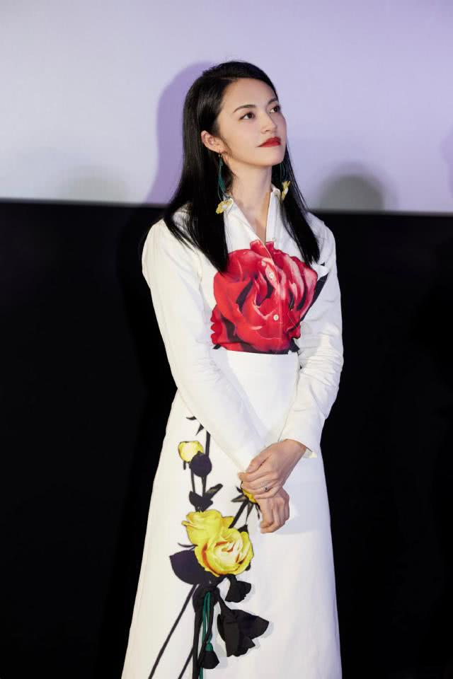 《送我上青云》首映礼,姚晨一袭白色玫瑰印花套装,气质优雅知性