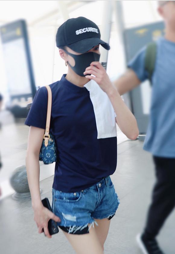 <b>张韶涵身穿拼色短袖T恤搭配牛仔短裤现身,打扮简约清爽又时尚</b>