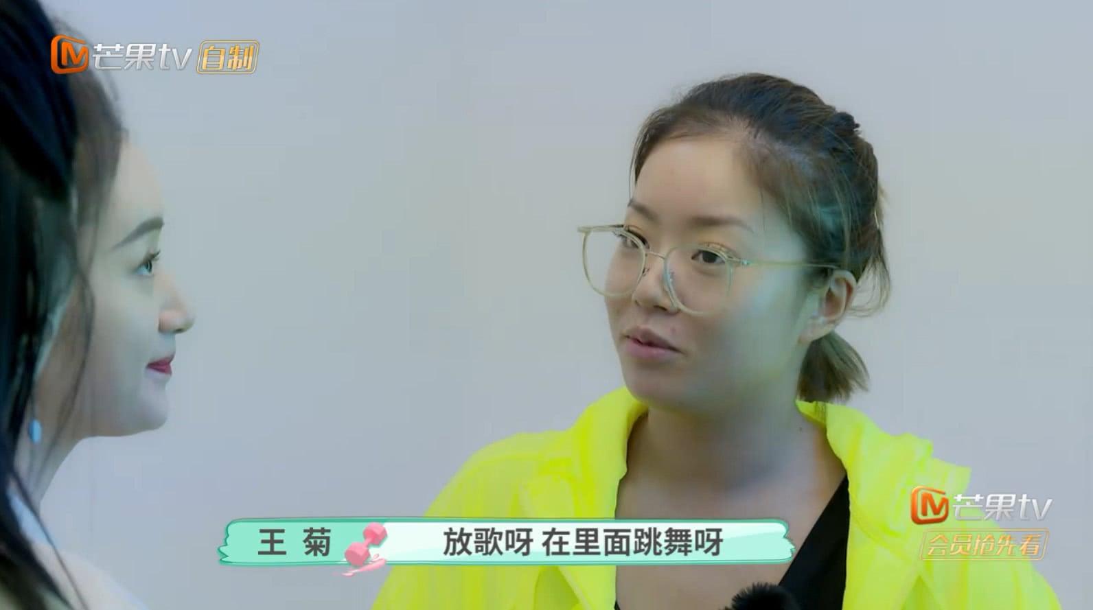 王菊大方展示美黑过程,看到她美黑之后的效果,闺蜜都看愣了!