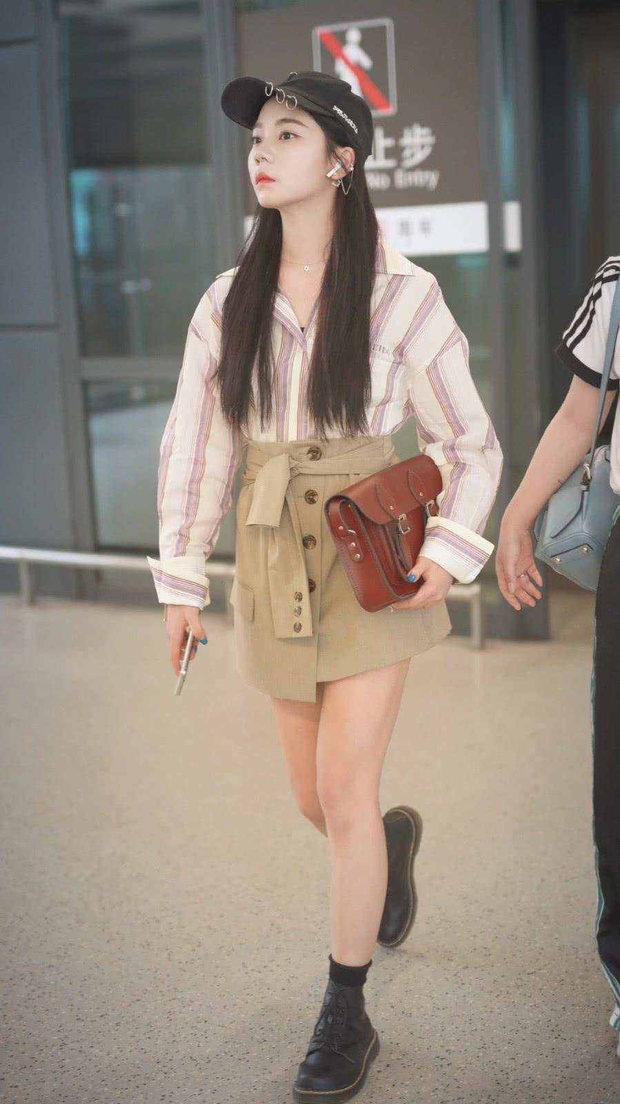 """她是火箭少女紫宁,穿条纹衬衫配高腰裙,秀纤细""""漫画腿""""超抢镜"""