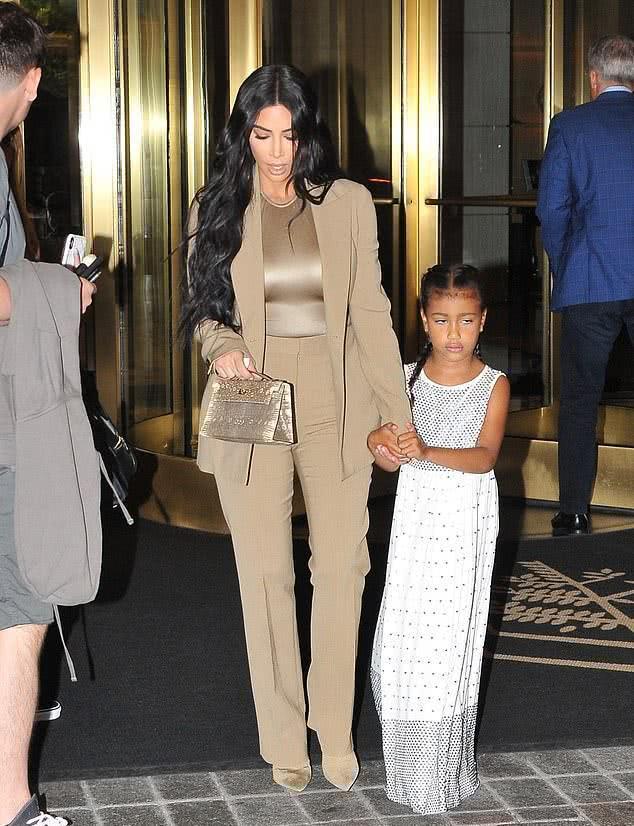金卡戴珊穿一身金色带6岁女儿见特朗普霸气,女儿珠片长裙更抢镜