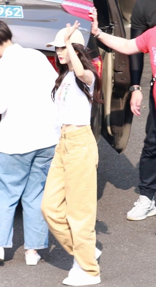 原来杨幂也有驾驭不了的裤子,穿上后腰粗一圈,腿也短了5cm