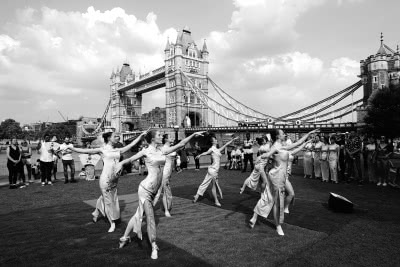 伦敦塔桥上演中国旗袍艺术秀