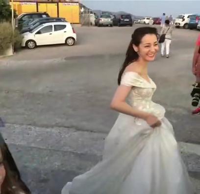 迪丽热巴国外街头穿婚纱与小朋友合影,看到蹲姿网友服气了