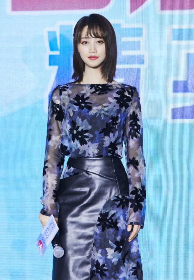 蓝盈莹真会玩,把皮裙剪开套在印花裙穿,不仅不丑,竟意外时尚!