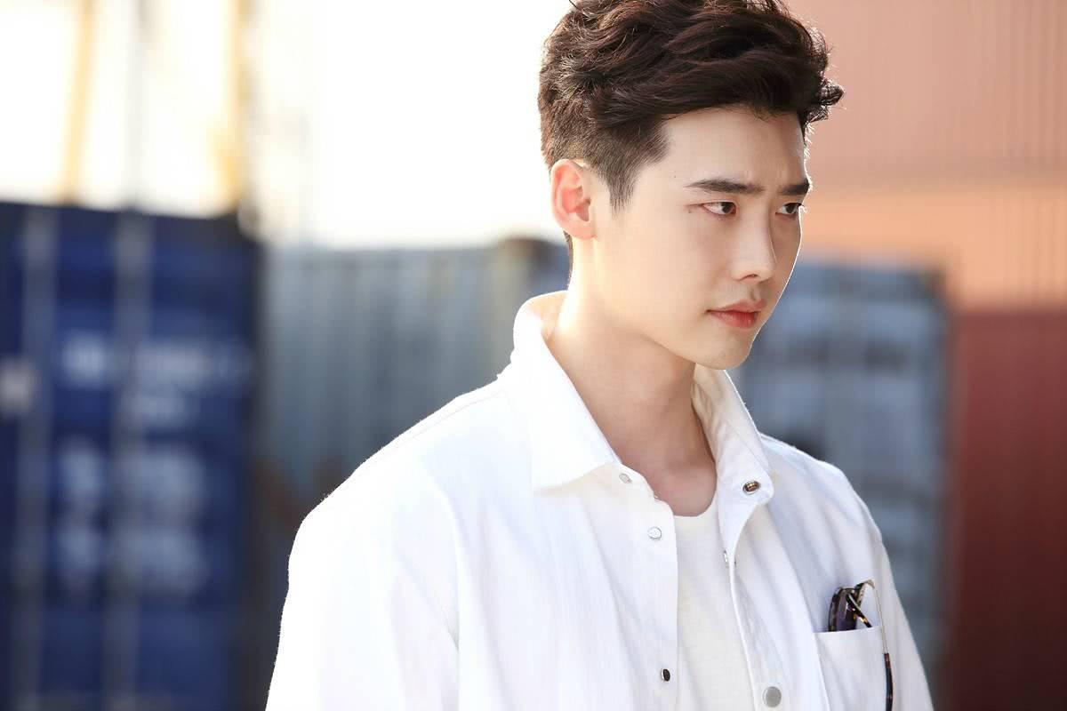 <b>80后的代表男演员:宋仲基才刚恢复单身,朴海镇要努力了!</b>