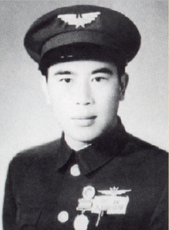 他出生美国,21岁回国,授中校军衔,是抗日空战牺牲的第一人